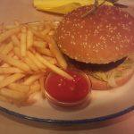 Cajun Burger mit Pommes